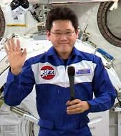 ISSに滞在している金井宣茂宇宙飛行士。地上の時より顔が丸くむくんでいる=JAXA提供