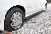 前後輪をパンクさせられた乗用車=埼玉県春日部市備後西5の駐車場で、2018年1月5日、中川友希撮影