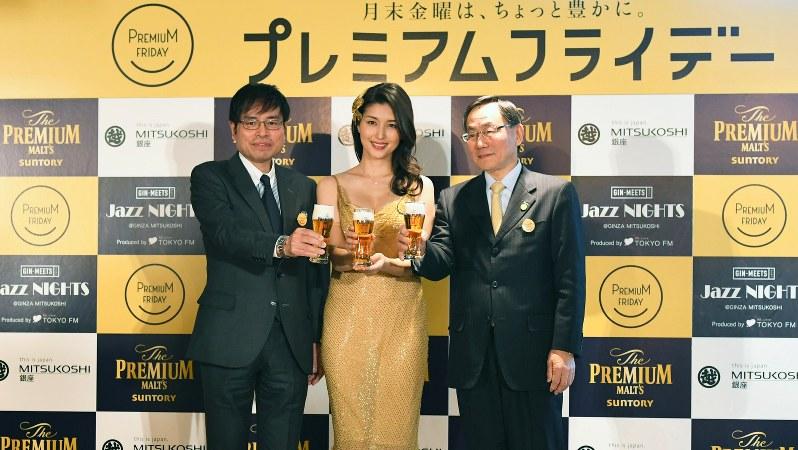 「プレミアムフライデー」は働き方改革推進につながったか。初開催の金曜日に乾杯する女優の橋本マナミさん(中央)ら=東京・銀座の銀座三越で2017年2月24日