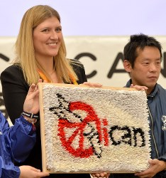 ICAN's executive director Beatrice Fihn, left, holds up a banner showing the ICAN logo, made from folded paper cranes, in Hiroshima's Naka Ward on the evening of Jan. 15, 2018. (Mainichi)
