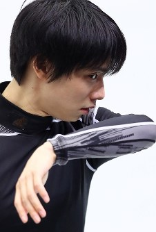 Figure skater Yuzuru Hanyu is seen practicing on Nov. 9, 2017, a day before the start of the NHK Trophy competition at Osaka Municipal Central Gymnasium in Osaka. (Mainichi)