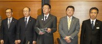 会合の内容を説明する上坂隆一・月形町長(中央)。右端は西野史尚・JR北海道副社長=岩見沢市で