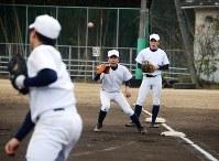 ノック前のボール回し。冬の間はスピードを上げるため、通常より短い塁間で取り組む
