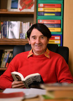 「言葉を勉強すると毎日新しい発見があり、その喜びがさらなる勉強の原動力になる」と話すピーター・フランクルさん=宮間俊樹撮影