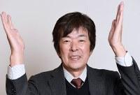 「2018年はもっともっと上を目指して」と手を掲げる高田明さん=竹内紀臣撮影