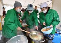 炊き出しを作る「こころ豊かな人づくり神戸500人委員会」のメンバーら=神戸市中央区のHAT神戸で2018年1月17日午前10時28分、猪飼健史撮影