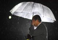 甥の名前が刻まれた慰霊碑の前で顔を覆う峯松文男さん=兵庫県西宮市で2018年1月17日午前5時6分、久保玲撮影