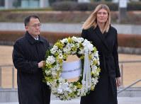 原爆慰霊碑に花をそなえるフィン事務局長(右)