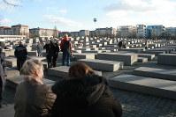 首都中心部にある「虐殺されたヨーロッパのユダヤ人のための記念碑」。地上部分は四角いコンクリート製の石碑群で、観光客らが訪れる=ドイツ・ベルリン市で2017年11月17日、中村美奈子撮影