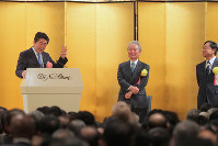 In this Jan. 5, 2018 file photo, Prime Minister Shinzo Abe, left, gives a speech at a New Year party organized by business groups in Tokyo's Chiyoda Ward. Standing in the center is Japan Business Federation Chairman Sadayuki Sakakibara and to the right is Japan Association of Corporate Executives Chairman Yoshimitsu Kobayashi. (Mainichi)
