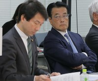 Democratic Party leader Kohei Otsuka, left, and party adviser Katsuya Okada are seen at the party's general meeting for its members at both houses of the Diet in Tokyo's Chiyoda Ward on Jan. 17, 2018. (Mainichi)