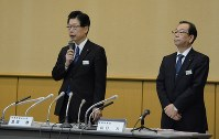 記者会見に臨むJR北海道の島田修社長(左)=札幌市中央区で