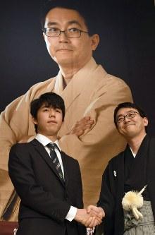 竜王就位式を前に握手する羽生善治竜王(右)と藤井聡太四段=東京都渋谷区で16日午後、根岸基弘撮影
