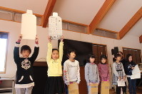 21日の町内防災訓練に行われる活動発表に向けて、練習に励む「こどもプロジェクト1・2・3」の子どもたち=徳島県石井町で1月13日午前11時1分、長尾真希子撮影