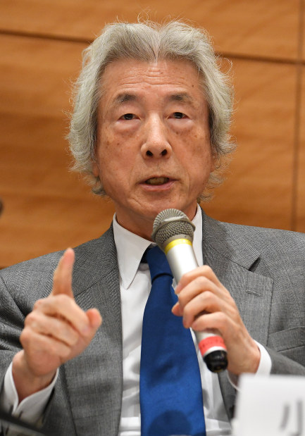 Former Prime Minister Junichiro Koizumi speaks during a news conference held by a civic group to announce the anti-nuclear power, renewable energy promotion bill in Tokyo on Jan. 10, 2018. (Mainichi)