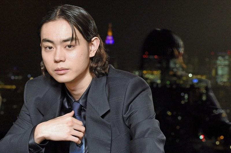 長い髪が似合ってかっこいい菅田将暉