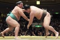 Yoshikaze, left. slaps down yokozuna Hakuho on Day 4 of the  New Year Grand Sumo Tounament at Tokyo's Ryogoku Kokugikan on Jan. 17, 2017. (Mainichi)
