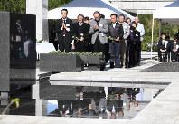 東京都硫黄島戦没者慰霊式で「鎮魂の丘」慰霊碑に献花をする遺族ら=小笠原村硫黄島で、竹内紀臣撮影