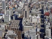 新幹線ホームの設置場所が定まらないJR札幌駅。「認可案」は在来線ホーム(中央左)の一角、「東側案」はその奥、「地下案」は中央右側の北5条・手稲通の下が検討されている=2017年9月、本社機「希望」から竹内幹撮影