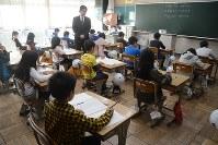 吉田町独自の学力テストに取り組む児童ら。夏休み短縮は先送りとなった=静岡県吉田町で、松岡大地撮影