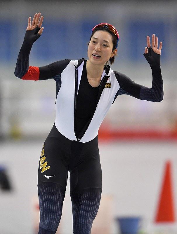 【五輪壮行タイムトライアル】女子3000メートルを滑り終え、観客に向かって手を振る菊池彩花=長野市のエムウェーブで2018年1月19日、手塚耕一郎撮影