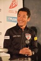 2018年シーズンの開幕を控え、記者会見で笑顔を見せるエアレースパイロットの室屋義秀さん=東京都渋谷区渋谷1で2018年1月18日、曽根田和久撮影