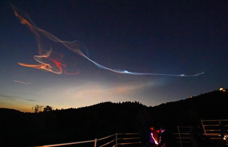 夜光雲:ロケットのガスで発生か...