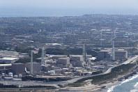 中部電力浜岡原発(手前)=静岡県御前崎市で2017年4月、本社ヘリから小出洋平撮影