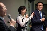 トークイベントに出演する増田明美さん(中央)と瀬古利彦さん(右)=東京都千代田区の毎日ホールで2018年1月18日午後7時15分、根岸基弘撮影