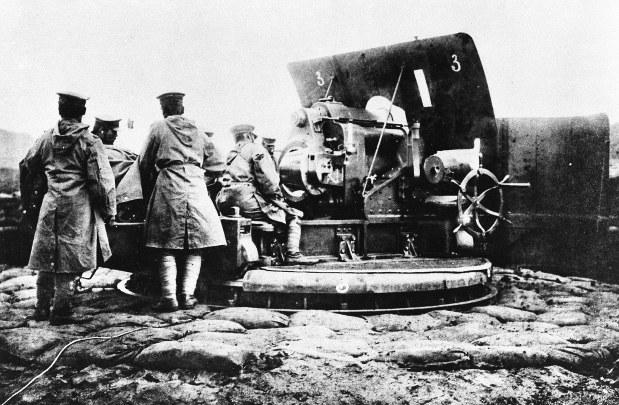 第1次世界大戦の青島総攻撃で攻城重砲を操作する兵士たち=1914年10月31日撮影