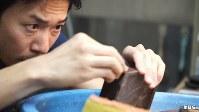 <プロフィル>青柳貴史(あおやぎ・たかし) 1979年東京出身。書道用具専門店「宝研堂」の4代目。16歳の頃より祖父、父に作硯を師事。日本、中国、各地の石材を用いた硯の製作、修理、復元を行う。学校などを対象に硯文化に関する講演や、デパートの催事場などで硯の実演彫りも行っている。大東文化大学文学部 書道学科非常勤講師。ガンダムが大好きでプラモデル塗装にも徹底的なこだわりを見せる38歳。