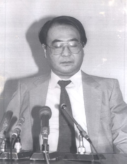 In this April 1988 file photo, Hyoe Inukai talks about a shooting attack on the Asahi Shimbun's Hanshin bureau prior to the first anniversary of the incident. (Mainichi)