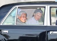 Emperor Akihito and Empress Michiko are seen departing the Takanawa Imperial Residence (former residence of Prince Takamatsu) in Tokyo's Minato Ward on Jan. 19, 2018. (Mainichi)