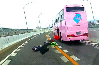 A screenshot from dashboard camera footage shows suitcases falling out of a bus on the Nagoya Expressway, in Nagoya's Minami Ward, on Jan. 18, 2018. (Photo courtesy of a Mainichi Shimbun reader. Image partially modified)