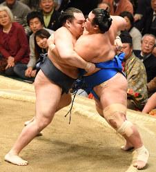 Yokozuna Kakuryu, left, forces out maegashira grappler Kotoshogiku on Jan. 19, 2018, Day 6 of the January Grand Sumo Tournament at Tokyo's Ryogoku Kokugikan sumo venue. (Mainichi)