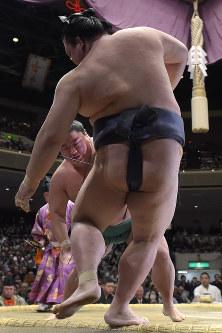 Yoshikaze forces out yokozuna Kisenosato on Day 5 of the New Year Grand Sumo Tournament at Tokyo's Ryogoku Kokugikan on Jan. 18, 2018. (Mainichi)
