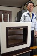 「大規模な工事をしなくても窓枠をリフォームできる」と説明する筑紫工業の新内一秋社長=福岡県那珂川町で