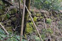山家陣屋北東部に残る石垣=京都府綾部市で、礒野健一撮影