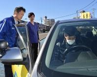 実車評価に取り組む男性(右端)。作業療法士の永島匡さん(中央)と教習所の山田浩・教習部統括課長が見守る=神奈川県座間市の都南自動車教習所で