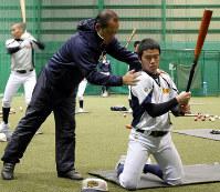 打撃練習で指導する遊学館の山本監督(左)