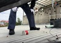 保育園のトタン屋根に落ちた米軍機からの落下物とみられる筒状の物=沖縄県宜野湾市「緑ケ丘保育園」の神谷武宏園長提供