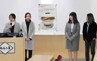 観光PRポスターを発表する仁愛女子短大の学生たち=福井市中央1の福福小屋で、近藤諭撮影