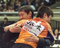 Tomokazu Harimoto, hugs his father, rear, after his victory in the national table tennis championships at the Tokyo Metropolitan Gymnasium on Jan. 21, 2018. (Mainichi)