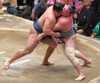Yokozuna Kakuryu, left, forces out maegashira No. 4 Arawashi on Day 9 of the January Grand Sumo Tournament on Jan. 22, 2018, at Tokyo's Ryogoku Kokugikan sumo venue. (Mainichi)