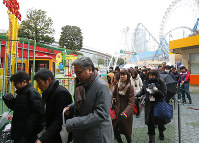 People participate in a missile evacuation drill at the Tokyo Dome City Attractions amusement park in the capital's Bunkyo Ward, on Jan. 22, 2018. (Mainichi)