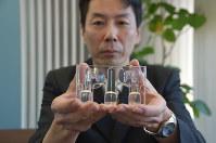 信垣宏行さんが開発したソープディッシュ。3本のアームでせっけんを支えるので水が切れて清潔に使える=さいたま市浦和区で