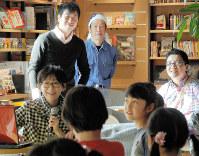 マイクを手に子どもたちに絵本の読み聞かせをする武田美穂さん(左)=千葉県柏市で、坂根真理撮影