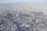 雪化粧した都心の街並み。手前は新国立競技場、右は新宿副都心=東京都新宿区で2018年1月23日午前8時19分、本社ヘリから