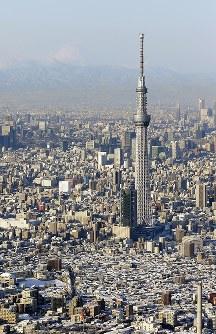 雪化粧した東京スカイツリー周辺の街並み。左奥は富士山=東京都墨田区で2018年1月23日午前7時53分、本社ヘリから