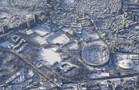 雪に覆われた建設中の新国立競技場周辺の街並み=東京都新宿区で2018年1月23日午前8時18分、本社ヘリから
